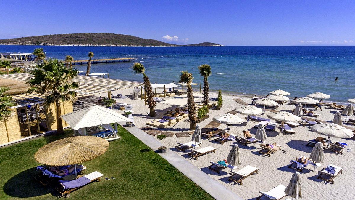 Tatilcileri sevindirecek bir haber, Çeşme Belediye Başkanı Ekrem Oran'dan geldi. Yaptığı açıklamalarla Çeşme'de yeni COVID-19 vakalarına rastlanmadığının müjdesini veren Oran, tatil planı yapanları sağlıklı tatil için Çeşme'ye çağırdı.