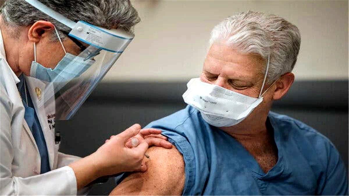 ABD Hastalık Kontrol ve Korunma Merkezleri, aşılanan yetişkin ABD'li oranının yüzde 58'ini bir doz aşılayınca, maske yasağını kaldırmaya karar verdi. Buna göre iki hafta ya da eski zamanlarda en az 1 doz aşı olmuş insanlar, bazı ortamlar haricinde maske takmak zorunda kalmayacaklar.