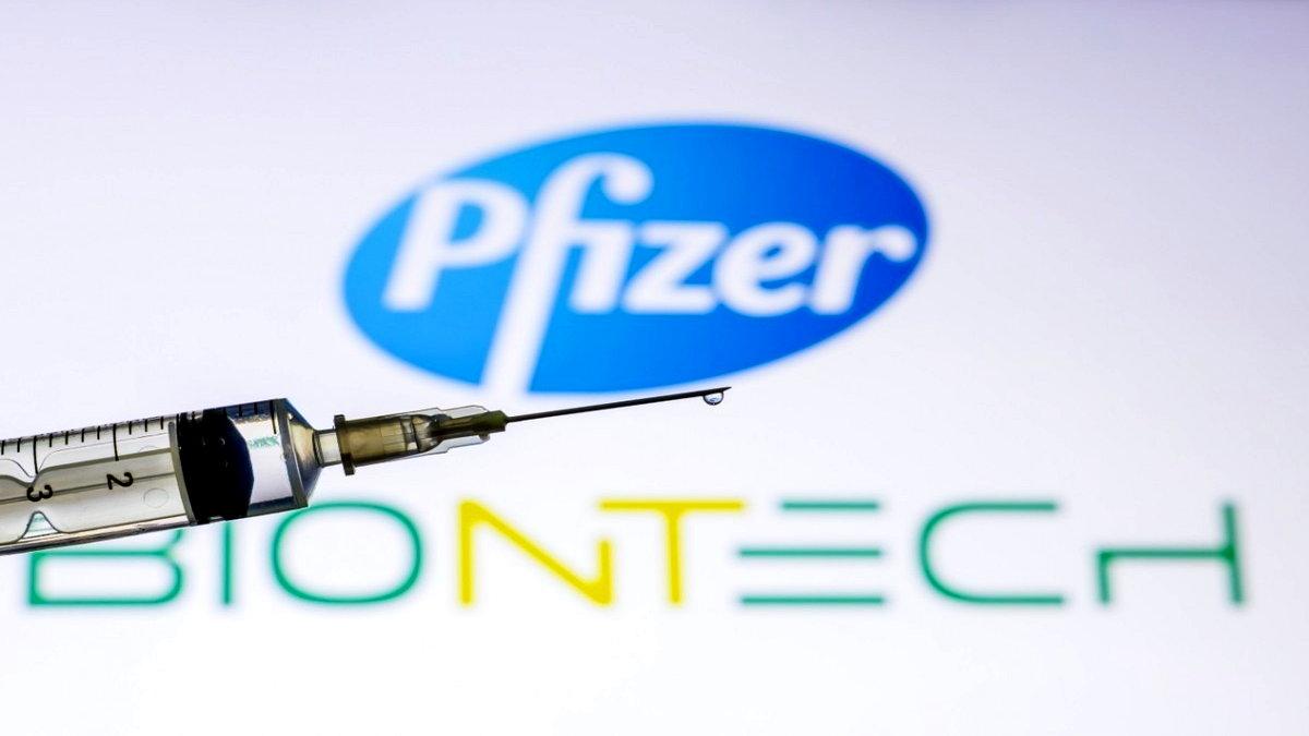 Biontech aşısı yan etkileri araştırılıyor. Ülkemizde Sinovac ve Pfizer Biontech aşılarını uygulanmaya devam ederken vatandaşlar 'Biontech koruma oranı nedir?' Sorusuna yanıt arıyor. Peki, Pfizer Biontech yüzde kaç etkili? İşte Biontech aşısının yan etkileri hakkında...
