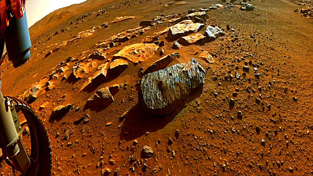NASA'nın Mars'ta bir süredir görevde olan Perseverance uzay aracı, iki kaya parçası örneği topladı. Örnekler üzerinde yapılan ilk incelemeler, kaya parçalarının geçmişte uzunca süre su ile temas halinde olduğunu gösteriyor.